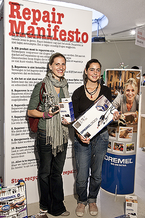 The winner and runner-up: Siba Sahabi and Calypso Schuijt with their prizes, photography Leo Veger