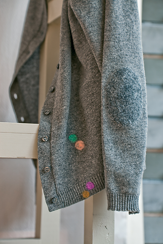 Cardigan repaired with Wool Filler by Heleen Klopper, photography Mandy Pieper